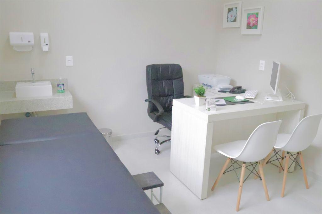 sala de atendimento médico com maca