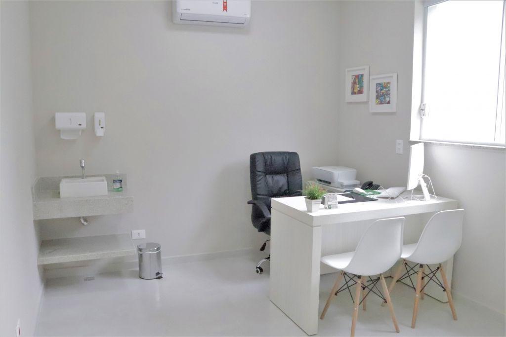 sala médica com cadeira do médico e cadeiras de pacientes